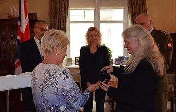 Общество: В посольстве Великобритании вручили медали дочери белоруса, воевавшего в Армии Андерса