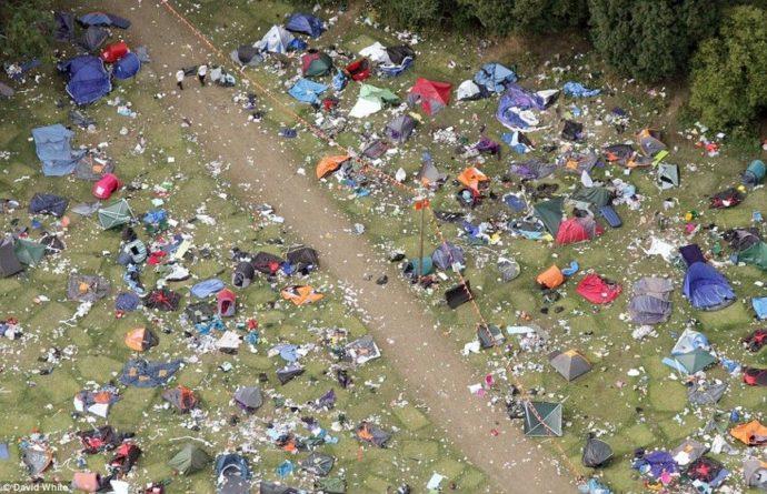 Общество: Посмотрите, сколько мусора и палаток оставили британцы после одного из фестивалей (ФОТО)