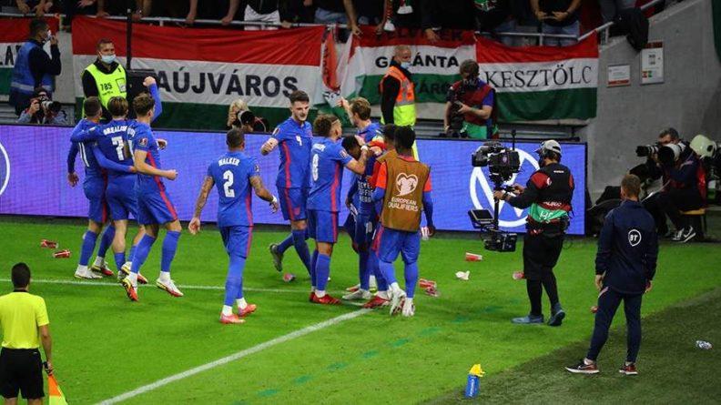 Общество: Футболистов сборной Англии забросали пластиковыми стаканчиками