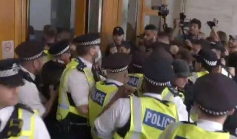 Общество: Пятеро полицейских пострадали в Лондоне при столкновении с противниками вакцинации