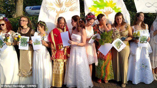 Общество: В Великобритании 70 женщин вышли замуж за деревья (видео)