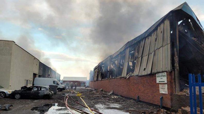 Общество: Два промышленных здания загорелись на западе Англии