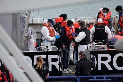 Общество: Великобритания начнет разворачивать пересекающие Ла-Манш лодки с мигрантами