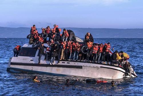 Общество: Британцы будут разворачивать суда с беженцами к берегам Франции