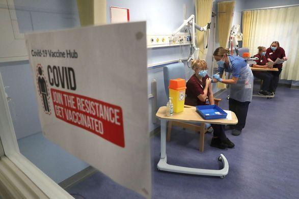 """Общество: В Великобритании началась кампания """"бустерной"""" вакцинации против COVID-19"""
