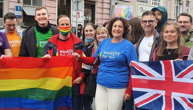 Общество: Посол Британии присоединилась к маршу КиевПрайда
