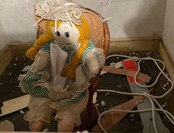 Общество: Житель Британии обнаружил в стене тряпичную куклу с жуткой запиской (ФОТО)