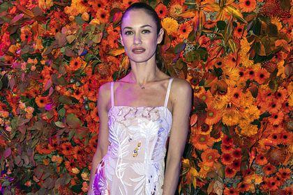 Общество: Иностранцы оценили наряд украинской актрисы на Неделе моды в Лондоне
