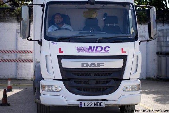 Общество: Великобритания экстренно выдаст 5 тыс. рабочих виз водителям грузовиков