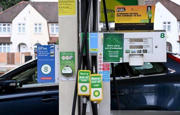 Общество: Длинные очереди на АЗС и лимит на бензин: Британия сегодня
