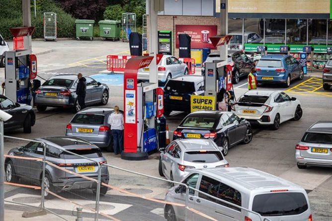 Общество: В Великобритании начались драки на заправках из-за дефицита бензина