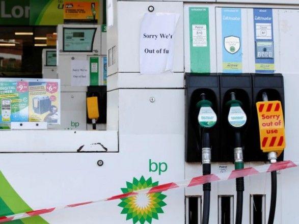 Общество: Из-за нехватки дальнобойщиков: в Великобритании панически скупают топливо