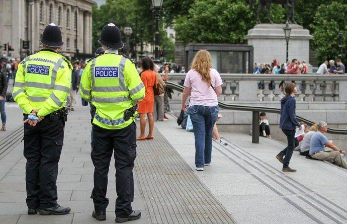 Общество: В Лондоне арестовали более 50 экоактивистов, приклеивших себя к асфальту