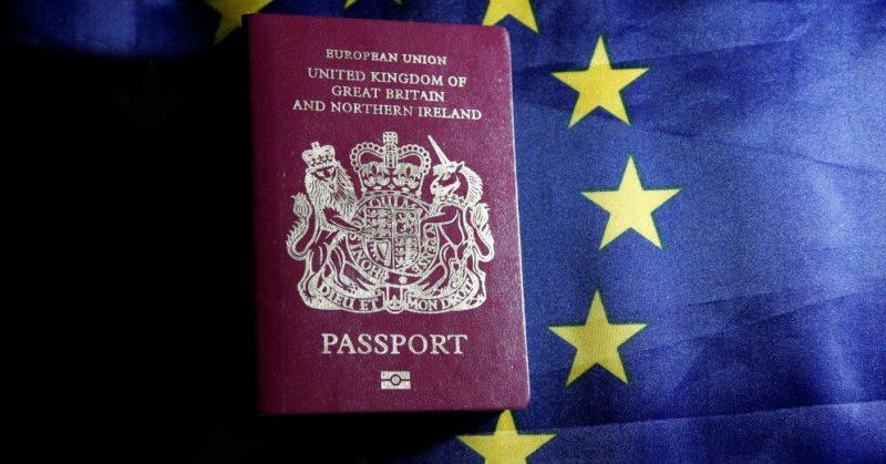 Общество: Рижский аэропорт напоминает: c 1 октября попасть в Великобританию можно только с паспортом