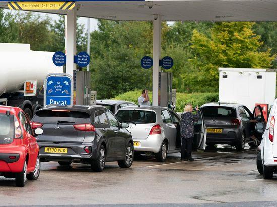 Общество: Британию охватил хаос из-за нехватки бензина: километровые очереди, драки