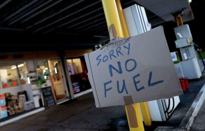 Общество: В Великобритании водители устроили на заправке драку за бензин (видео)