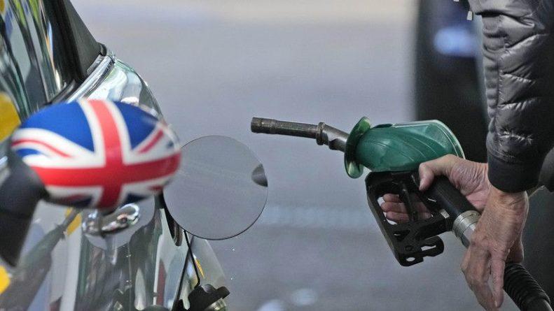 Общество: В Британии привлекут резервные бензовозы для борьбы с топливным кризисом
