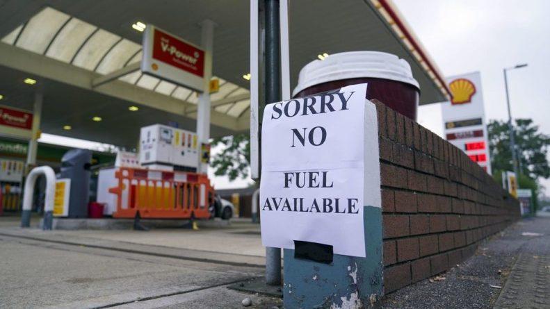Общество: Очереди за бензином в Британии — «то же самое было и с туалетной бумагой»