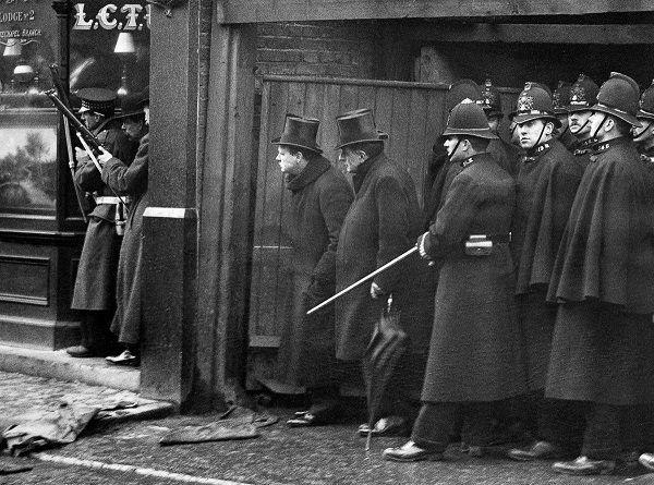 Общество: Осада Сидней-стрит: как Уинстон Черчилль сражался с латышами в Лондоне