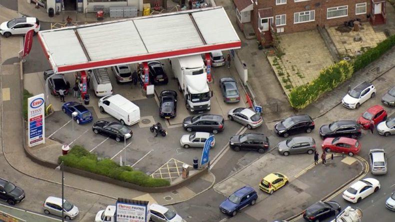 Общество: В Британии нарастает недовольство из-за нехватки топлива