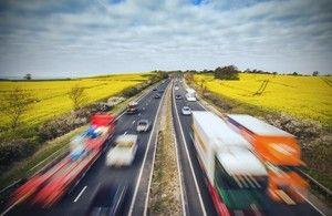Общество: Военные развозят бензин по АЗС Великобритании