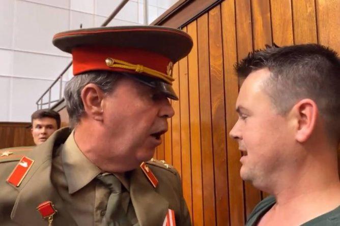Общество: В Британии противник Брексита в форме советского полковника избил чиновника