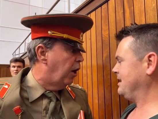 Общество: В Великобритании противник Brexit Стив Брэй в советской форме избил чиновника
