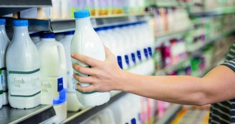 Общество: Великобританию поразила «молочная паника»: фермеры избавляются от молока, покупатели сметают его с полок в магазинах