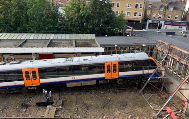 Общество: В Британии сошел с рельсов поезд, есть пострадавшие
